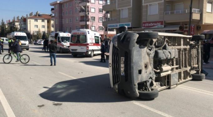 Öğrenci servisi ile otomobil çarpıştı! 8 yaralı