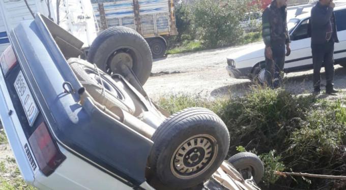 Takla atan otomobil çukura düştü!