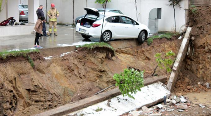İstinat duvarı çöktü, otomobil askıda kaldı