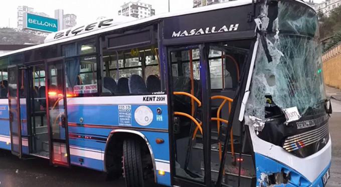 Halk otobüsü temizleme aracına çarptı!