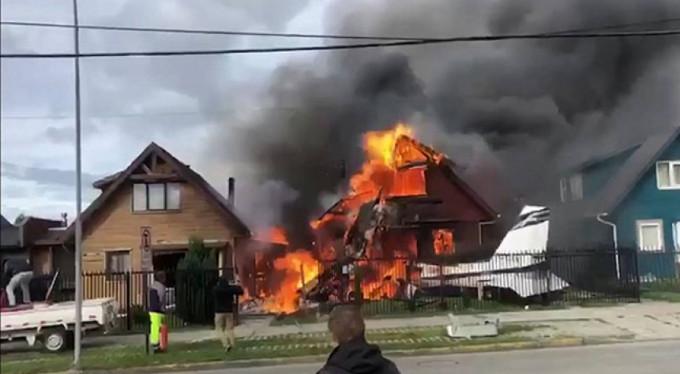 Evin üzerine uçak düştü! 6 ölü