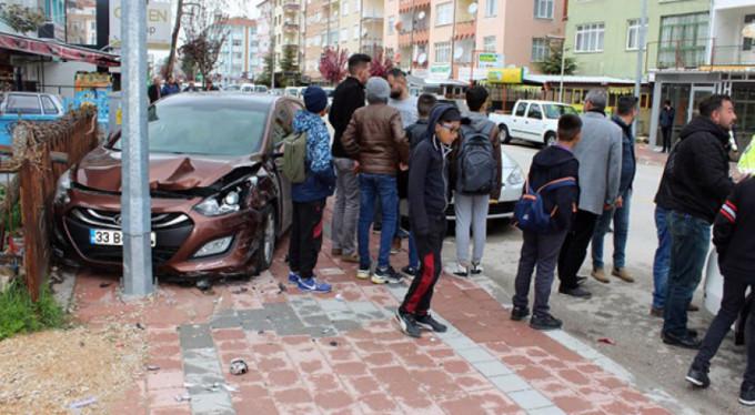 Çocuklara çarpmak istemedi, otomobile çarptı