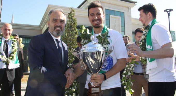 Şampiyonu Alinur Aktaş karşıladı!