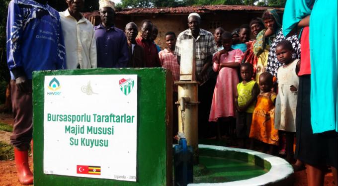 Bursaspor taraftarı Afrika'da 'bir yudum su' oldu