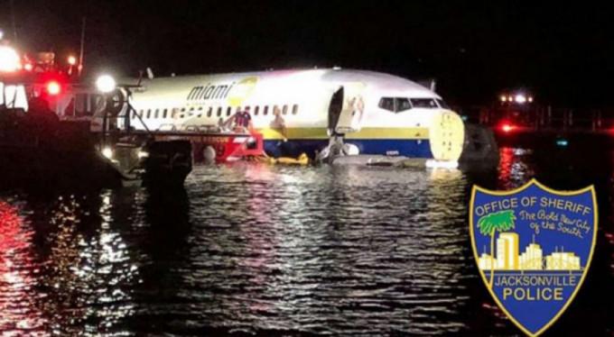 Uçak pistten kayıp nehre girdi!