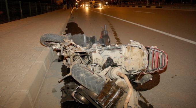 Otomobille çarpışan motosikletle hurdaya döndü