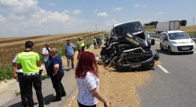 Yolcu minibüsü traktöre çarptı: Yaralılar var...