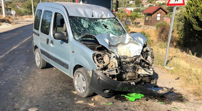 Motosikletle kamyonet çarpıştı: 1 ölü, 1 yaralı