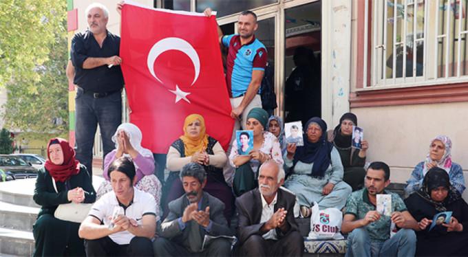 HDP önünde Türk bayrağı açıldı