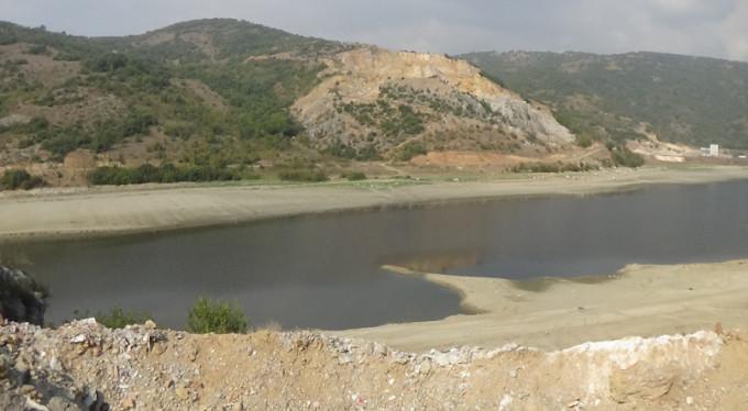 Baraj suyu çekildi, eski köprü gün yüzüne çıktı