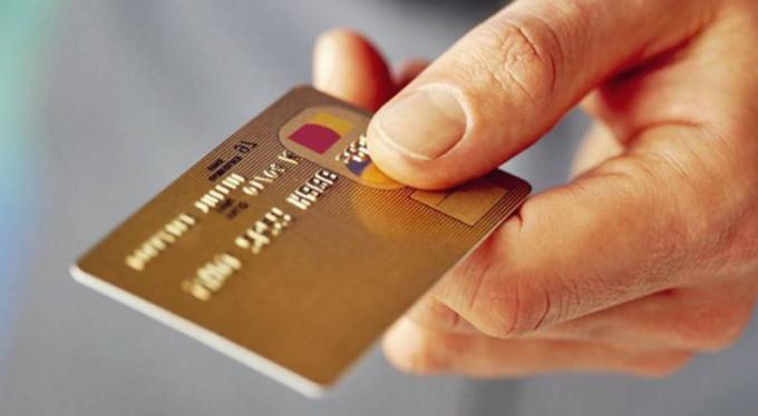 Rastgele kredi kartı dağıtan banka şimdi yandı!