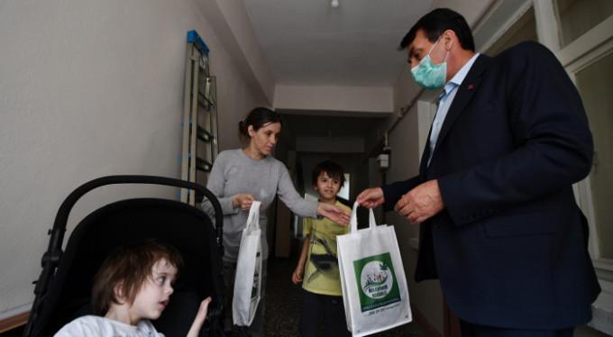 Çocukların bayramlıkları Başkan Dündar'dan