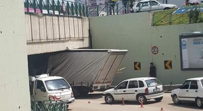 Bursa'da kamyonet tünelde sıkıştı!