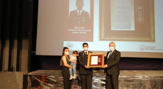 Bursa'da şehit ve gazi ailelerine madalya