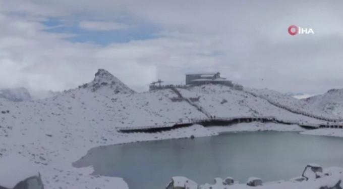 Çinli bilim adamları, erimesini yavaşlatmak için buzulu örtü ile kapladı