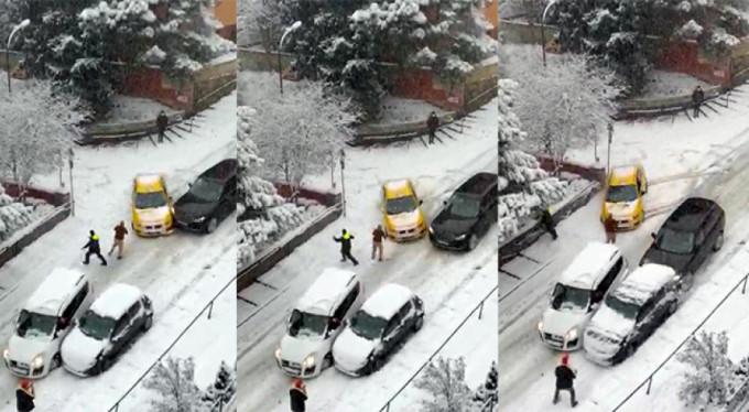 Buzlu yolda kayarak araçların arasına daldı hızla uzaklaştı