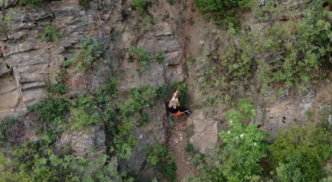 Polisten kaçayım derken, kayalıklarda mahsur kaldı