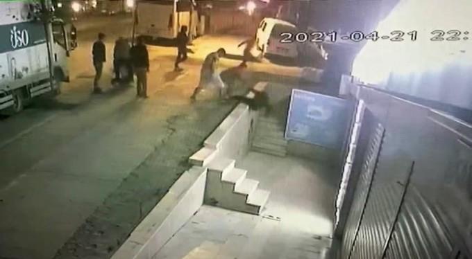 O anlar kamerada, bıçaklayıp sokağa attılar