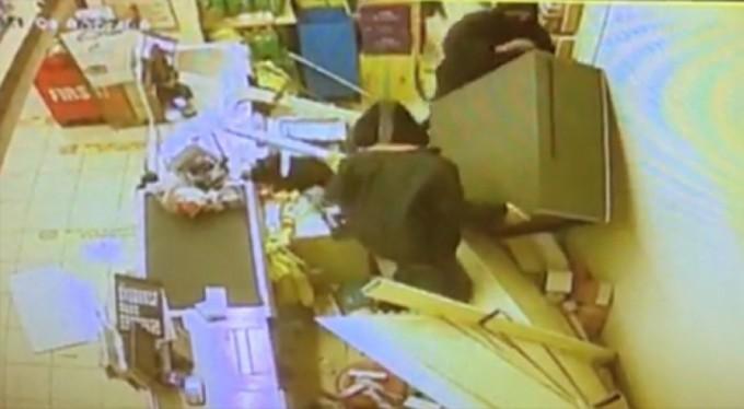 Şaşkın sigara hırsızları kameraya enselendi