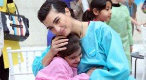 Tuba Büyüküstün Suriyeli çocuklarla buluştu