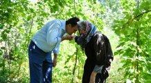 Zeynep Nine'nin elini öptü, gönlünü aldı...